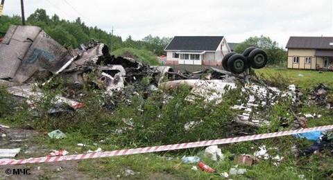 """Летевший из Москвы самолет Ту-134 авиакомпании """"РусЭйр"""" разбился в ночь на вторник при заходе на посадку неподалеку от аэропорта Петрозаводска. Из 52 находившихся на борту пассажиров и членов экипажа 44 человека, включая семерых детей, погибли. Среди них также граждане иностранных государств."""