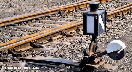 В Берлине сегодня продолжались переговоры между лидерами немецкого профсоюза машинистов GDL и представителями Deutsche Bahn. Среди требований профсоюза, например, увеличение оклада машинистов на пять процентов. Deutsche Bahn согласен, но выдвигает встречное условие. Позиция по этому вопросу частных конкурентов концерна и его дочерних предприятий вообще неясна.