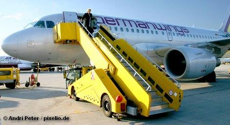 Авиакомпания Germanwings намерена в объединенном аэропорту Кельна и Бонна закрыть своими рейсами дырку в расписании полетов, которая образовывается после того, как ее конкурент Air Berlin объяаил о сокращении перевозок. Таким образом, в Germanwings попытаются извлечь выгоду из недостатков Air Berlin.
