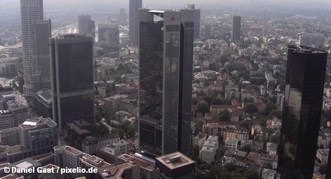 Инвестиционный фонд Deka распределяет через сеть сберегательных банков (Sparkassen) Германии различные финансовые продукты. Бизнес по принципу, «хлеб – отдельно, масло – отдельно» идет неплохо. Но теперь и в Deka, и в сберегательных банках надеются, что, соединив два продукта, станет еще вкуснее. Однако повара банковских кухонь из Баварии и Гамбурга не торопятся.