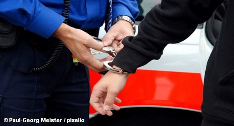 9 членов баскской так называемой культурно-просветительской организации EKIN, тесно связанной с сепаратистской группировкой ЭТА, арестованы минувшей ночью в Испании. Телеканал Euronews передает, что власти подозревают их в пособничестве террористам ЭТА. Аресты были произведены в провинциях Страна Басков, Валенсия, Кантабрия и Наварра – через неделю после того, как группировка ЭТА объявила о прекращении огня.