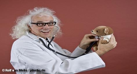 Около 150 тысяч практикующих врачей в Германии в следующем году заработают более миллиарда евро. Таков результат переговоров о сумме гонораров между профсоюзом врачей и страховыми компаниями, которые и выплачивают эти гонорары, передает информационное агентство DPA. Заметим, что врачи требовали в дополнение к этой сумме еще более двух миллиардов евро.