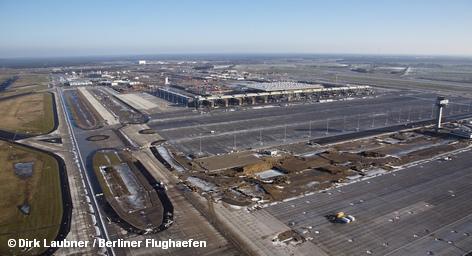 Чуть более года осталось до открытия нового международного аэропорта Берлина и Бранденбурга BBI. Бывший менеджер концерна Rolls-Royce в Германии Аксель Арендт должен в будущем способствовать развитию аэропорта. Ему противостоит общественное объединение граждан, протестующих против строительства, так как авиационные шумы на уровне в 55 децибел затронут 60 тысяч человек.