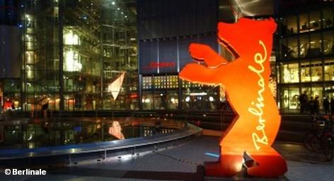 На выходных завершается 62-й Международный кинофестиваль «Берлинале» и все острее становятся споры о том, кто станет его призером. Однако, одного из них уже сейчас можно назвать с уверенностью. Это не Мерил Стрип, получившая во вторник специальный приз: почетного «Золотого медведя». Несомненный победитель кинофестиваля - город Берлин, заработавший на этой неделе € 17 млн.