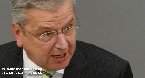 Правительство Германии приняло решение о снижении налогов с 1 января 2013 года. Главы правящих партий ХДС, ХСС и СвДП пришли к соответствующему соглашению на встрече, которая прошла на минувших выходных. Пока точно неизвестно, насколько большим будет размер налоговых послаблений. Это будет определено осенью при подготовке бюджета на следующий год.