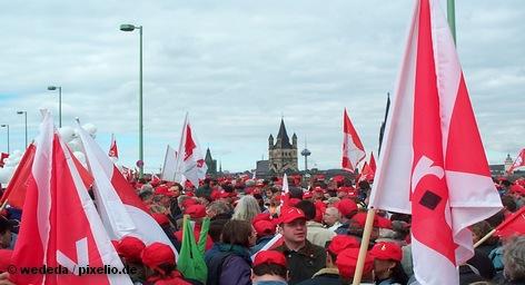 На этой неделе продолжают забастовку работники общественного сектора в земле Северный Рейн-Вестфалия. В Дюссельдорфе сегодня прошел митинг, организованный объединенным профсоюзом сферы услуг Verdi. Вчера аналогичную забастовку провели их коллеги из Гессена и Саарланда, а в среду к ним намерены присоединиться трудящиеся из других федеральных земель Германии.