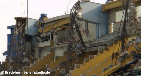 На северо-востоке Японии произошло мощное землетрясение магнитудой 8,9 баллов по шкале Рихтера, которое вызвало волну цунами высотой около 10 метров. Больше других пострадал главный остров страны Хонсю. Разрушены сотни зданий, мостов и эстакад, многие объекты охвачены огнем, в том числе нефтяной объект севернее Токио. Миллионы людей остались без электричества.