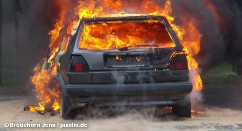 Берлинская полиция вновь одержала небольшую победу, арестовав в пятницу рано утром в районе Лихтенберг двух подозреваемых в поджогах автомобилей. Однако граждане, чьи машины продолжают гореть синим пламенем, остаются по-прежнему в проигрыше. Итак, сегодняшний ущерб: 4 согревших автомобиля и контейнер для поношенной одежды Немецкого общества красного креста.