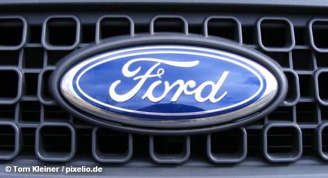 Решетка радиатора и логотип автомобиля Ford