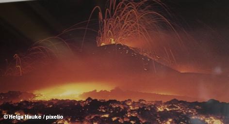 Пепел от извержения исландского вулкана Гримсвотн достиг Норвегии. К завтрашнему дню вулканические облака дойдут и до Великобритании. И тогда небо Европы будет ждать откровения: запретят полеты самолетов или нет. От этого решения будет зависеть очень многое, британские чиновники весьма щепетильно относятся к безопасности своих сограждан и туристов.