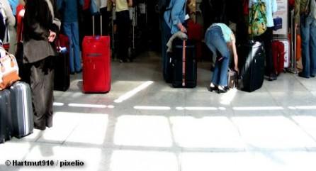 Авиакомпания из Ирландии Ryanair увеличивает стоимость провоза багажа и приучает пассажиров регистрировать свой багаж в интернете или вообще летать без вещей. Бесплатной у ирландского перевозчика остается лишь ручная кладь, которая должна быть представлена исключительно одним предметом весом не более 10 килограммов и не должна превышать 55х40х20 сантиметров.