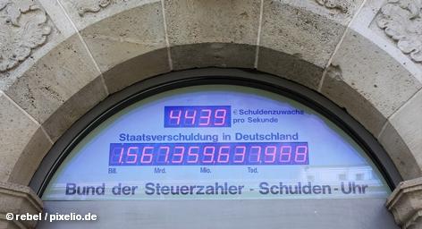 Только 19 процентов респондентов высказались за планируемое в Германии понижение налогов. 40 процентов опрошенных считают, что было бы лучше, если государство не меняло сумму налогообложения, чтобы уменьшить размер дефицита бюджета. Кроме того, еще 40 процентов респондентов считают, что государство должно направить дополнительные средства в инфраструктуру и образование.