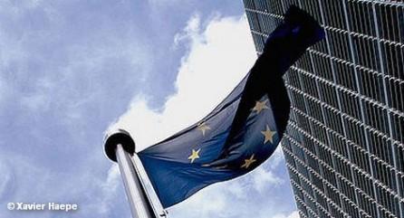 Все члены Евросоюза, кроме Великобритании и Чехии, на саммите в Брюсселе одобрили проект налогово-бюджетного соглашения, предполагающего усиление контроля за расходованием бюджетных средств и объемами госдолга, Reuters со ссылкой на неназванный источник в дипломатических кругах. Соглашение вступит в силу 1 января 2013 года. Необходимо, чтобы к этому моменту его ратифицировали как минимум 12 стран ЕС.