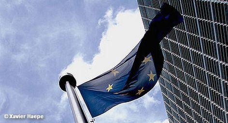 Флаг Евросоюза у здания штаб-квартиры Европейской Комиссии