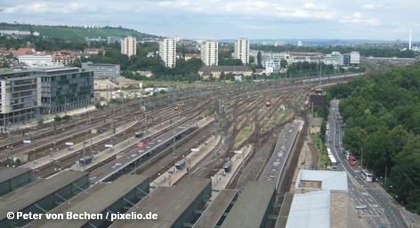 По данным исследования, проведенного по заказу немецкого общественно-политического журнала Stern, масштабный проект концерна Deutsche Bahn по строительству нового главного вокзала в столице Баден-Вюртемберга «Штутгарт 21» может превысить смету на € 1,2 млрд. Кроме того, по данным исследования, обнаружены дополнительные риски, о которых не было известно ранее.