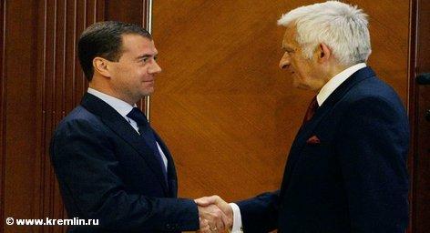 Президент РФ Дмитрий Медведев проводит сегодня встречу с председателем Европарламента Ежи Бузеком, который находится в […]