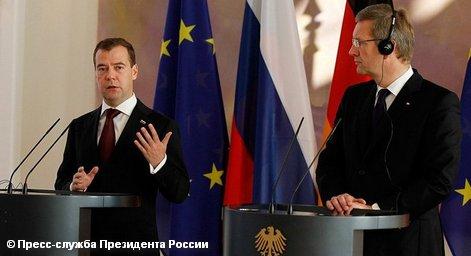 «Россия рассчитывает на быстрое урегулирование визовых проблем с Европой и надеется, что представители европейского бизнеса разделяют такой подход», заявил находящийся с визитом в Германии президент России Дмитрий Медведев на встрече с представителями немецких деловых кругов. Мнение президента Германии Кристиана Вульфа по этому поводу окутано густым туманом.