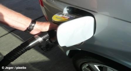 Стоимость литра бензина упала в среднем в течение десяти дней примерно на девять центов. Водители Германии могут вздохнуть спокойно. Литр бензина марки Super стоит в среднем около € 1,53. Дизель - около € 1,35 за литр. бензин, дизель, заправка, бензоколонкаХотя тенденция цен идет на спад, во Всеобщем немецком автомобильном клубе (ADAC) полагают, что цены все же завышены