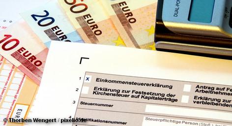 Власти Германии выражают благодарность населению за бремя непрекращающегося долгового кризиса в Европе и решили сократить налоги для граждан с низким и средним уровнями дохода в общей сложности на шесть миллиардов евро. Сокращение налогов пройдет в два этапа, первый в январе 2013 (сокращение на 2 миллиарда евро) и в январе 2014 года (сокращение на 4 миллиарда евро).