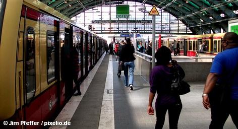 На крупном пересадочном узле линий берлинской городской электрички S-Bahn Осткройц сгорела электроподстанция, что привело не только к значительным нарушениям графика движения S-Bahn, но и поездам концерна Deutsche Bahn. Восстановительные работы продляться весь день, а положение усугубляется еще и забастовкой, продолжающейся на частных железных дорогах Германии.