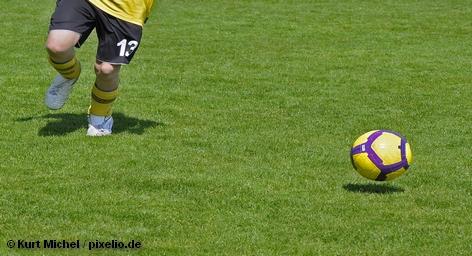 Центральный матч дня в третьем туре отборочного турнира Евро-2012 состоялся на Олимпийском стадионе в Берлине. Соперники к моменту противостояния одержали по две победы, а потому в случае успеха одна из команд единолично возглавила бы группу A.