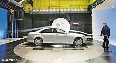Mercedes-Benz ввел в эксплуатацию две инновационные аэродинамические трубы, позволяющие имитировать практически любые существующие на Земле погодные условия. Эти установки могут создавать температуру от -70 до +70 градусов Цельсия, разгонять поток воздуха до ураганных 200 км/ч, а также устраивать все мыслимые виды осадков – от тумана и легкой мороси до снежного бурана.