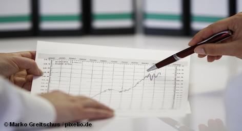 Согласно расчетам Института по изучению труда, уровень безработицы в Германии снизился в этом месяце до 2,9 миллионов человек и будет дальше падать. «Это самый низкий показатель с 1992 года», - сказал по этому поводу Хилмар Шнайдер, руководитель отдела рынка труда из этого института.