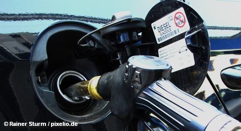 Еврокомиссия готовит реформу налогообложения моторного топлива в странах Евросоюза. По мысли авторов проекта, налог должен взиматься не за каждый проданный литр, а по его энергетической ценности и количеству вредных выбросов в атмосферу. В этом случае ставка налога на дизель станет выше, чем на бензин. Эти планы натолкнулись на яростное сопротивление.