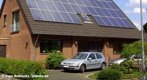 Немецкие производители солнечных батарей находятся под двойным давлением: их конкуренты из Китая наводнили мир дешевыми товарами, и в то же время впервые за многие годы сокращается спрос на солнечные батареи на рынке Германии. Ведущие представители отрасли опасаются массового вымирания немецких компаний и видят свое будущее за рубежом.