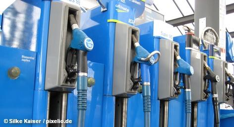 Немецкие политики и всевозможные ассоциации пытаются выяснить в эти дни, кто несет ответственность за хаос на бензоколонках страны после начала продаж нового биотоплива на основе этанола - E10. Заметим, что новый бензин, конечно, более экологичный и призван заменить существующую марку Super, которая между делом исчезла с бензоколонок.
