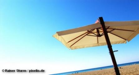 Беспорядки в Египте, фактически закрывшие это направление для туристов, вызовут серьезный рост стоимости отдыха за границей. И дело не только в том, что лететь до Таиланда или Мальдивских островов дольше. Ведь далеко не всем, которые захотят и смогут отправиться на другие пляжные курорты, достанется место в отелях. Многие туристы, которые не полетят на отдых зимой, переносят туры на другие направления.