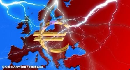 """Греция в этом месяце получит очередной транш финансовой поддержки. Этих денег Афинам должно хватить до осени. Вместе с тем, частным кредиторам французскими банками был предложен план погашения задолженности по греческим облигациям. Тут-то, по мнению рейтингового агентства S&P, нашла коса на камень: оно грозится объявить """"выборочный дефолт"""" этой страны."""