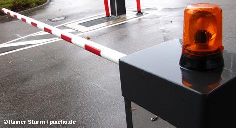 Хотя депутаты Европарламента и подвергли на этой неделе жесткой критике планы Еврокомиссии по введению временного пограничного контроля внутри Шенгенской зоны, Дания готовится ввести контроль на границах с Германией и Швецией. Заметим, что сегодня в Брюсселе проходит совещание министров внутренних дел ЕС по вопросу об усилении мер безопасности в Шенгенской зоне.