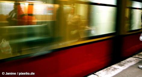 С сегодняшнего дня поезда берлинской городской электрички -  S-Bahn курсируют по немецкой столице,  вновь разгоняясь до 80 километров в час. Кроме того, они будут ходить чаще: на кольцевой линии в часы пик электричка будет подъезжать к остановке каждые 5 минут, а в направлениях Потсдам, Шпандау и Вартенберг каждые 10 минут в течение всего рабочего времени.