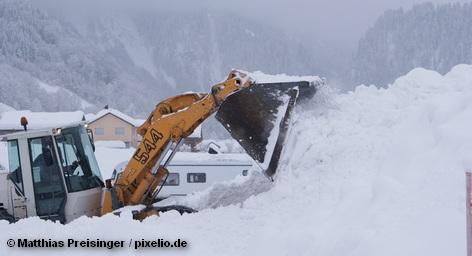 В последние дни в Австрии и некоторых районах южной Германии и Швейцарии беспрерывно идет снег. Дороги - как шоссейные, так и железные - заблокированы. Тысячи людей застряли на курортах. Дорожные и горные службы, а также спасатели работают без перерыва, однако ситуация меняется очень медленно. Еще в декабре горнолыжные курорты Австрии буквально стонали из-за отсутствия снега, а как следствия – клиентов.
