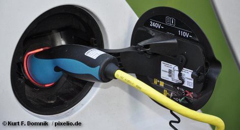Германия поставила перед собой цель - увеличить к 2020 году числа электрических автомобилей до одного миллиона. Кабинет министров страны одобрил соответствующий законодательный пакет. В нем - субсидии и налоговые льготы для немецких производителей электрических автомобилей, а также и особые привилегии для покупателей в Германии.
