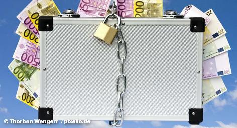 Европейский фонд финансовой стабильности был создан в мае 2010 года, когда стало ясно, что Грецию и некоторые другие страны еврозоны нужно спасать от возможного дефолта. Задача фонда – обеспечить стабильность евро. О его кредиты не смогли остановить распространение долгового кризиса, и 21 июня члены ЕС на чрезвычайном саммите решили расширить полномочия фонда.