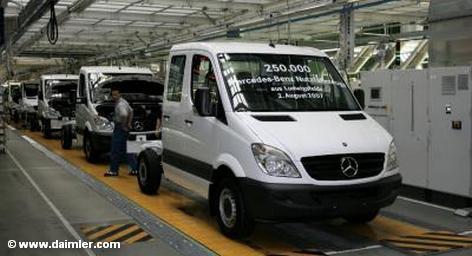 Во время визита вице-премьера Китая Ли Кэцяна в Германию такие немецкие автопроизводители как Volkswagen и Daimler намерены подписать контракты на общую сумму более пяти миллиардов долларов. Об этом сегодня сообщает информационное агентство Reuters, ссылаясь на источники в правительстве Германии.