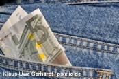 Продавцы некоторых европейских магазинов отказываются принимать новые пятиевровые купюры. Они опасаются подделок.