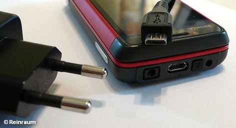 Производители мобильных телефонов должны в течение этого года выпустить на рынок универсальное зарядное устройство, совместимое с любой моделью которая продается на европейском рынке.По настоянию ЕС, 14 производителей мобильных телефонов уже согласились приступить к координации действий и производству универсального зарядного устройства по единому европейскому стандарту.