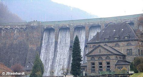 Немецкие железнодорожники заключили с энергетической компанией RWE 15-летний договор на поставку электроэнергии с гидроэлектростанций. Таким образом, Deutsche Bahn увеличивает долю потребляемого электричества из возобновляемых источников энергии примерно на 10 процентов. Планируется, что к 2020 году этот показатель увеличится до 30 - 35.
