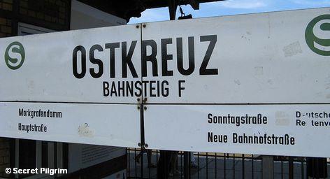 После вчерашнего пожара на подстанции, распределяющей электричество по железнодорожным путям линий берлинской городской электрички S-Bahn и железнодорожным путям концерна Deutsche Bahn, по-прежнему, нарушено движение поездов в районе Берлинской станции Осткройц и в восточной части федеральной земли Бранденбург. Сегодня вновь десятки тысяч пассажиров опоздали на работу.