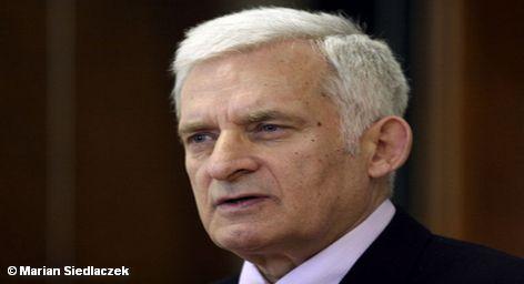 """Глава Европарламента Ежи Бузек (Jerzy Buzek) надеется, что все 27 стран Евросоюза одобрят в будущем безвизовый режим с Россией. Об этом он заявил по итогам своего визита в Москву. """"У России и ЕС большие перспективы перехода к безвизовому режиму, - сказал он. - Я оптимист и уверен в успехе переговоров"""". Вместе с тем он обратил внимание, что все решения в Евросоюзе принимаются путем консенсуса, поэтому важно согласовать данный вопрос со всеми государствами сообщества. В качестве примера он привел Румынию и Болгарию, которые еще не являются членами Шенгенского соглашения и потому отмена виз с ними представляет технические трудности."""