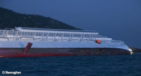 Круизный лайнер Costa Concordia, затонувший в ночь на 14 января у берегов итальянского острова Джильо