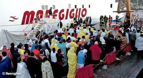 Спасенные пассажиры круизного лайнера Costa Concordia, затонувшего у берегов итальянского острова Джилио в ночь на 14 января 2012 года ожидают эвакуации на материк
