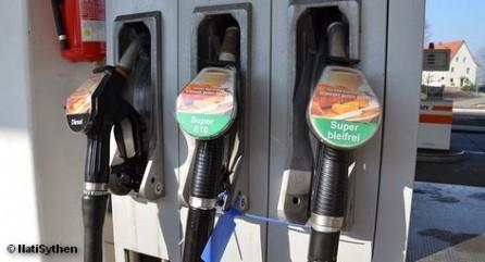 Федеральный министр транспорта Петр Рамзауэр очевидно намерен законодательно изменить текущую систему образования цен на топливо. Сегодня он высказал его симпатии к так называемой австралийской модели, согласно которой о повышении цен на топливо объявляется заранее и стоимость остается неизменным в течение 24 часов.