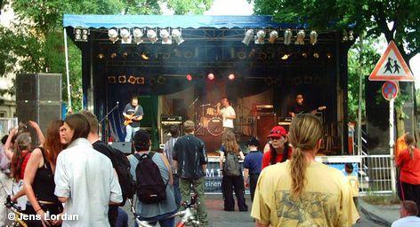 """Сотни городов по всему миру в эти дни проводят музыкальный фестиваль Fête de la Musique. В Германии в 22 городах на улицах установлены импровизированные сцены. Наибольшее количество концертов проходит в Берлине. Однако по мнению пресс-секретаря берлинского отделения """"Fête де ла Musique"""" Инес Шлиген это не фестиваль, а просто праздник музыки."""