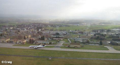 В Германии получает продолжение спор о запрете на ночные полеты по причине шумовой нагрузки на проживающее в окрестностях население. Место действия конфликта переместилось со стройплощадки нового аэропорта Берлина и Бранденбурга на запад страны. Крупнейший авиаузел Германии, аэропорт во Франкфурте-на-Майне может объединиться со своим соседом и конкурентом, аэропортом Франкфурт-Хан.