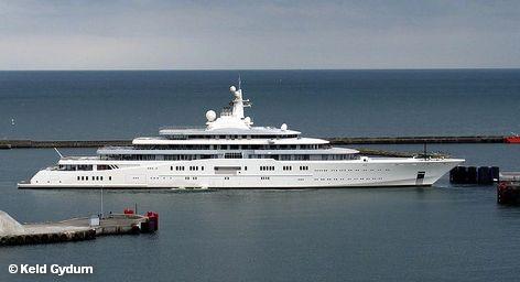 """Знаменитая и крупнейшая в мире частная яхта Eclipse, принадлежащая российскому миллиардеру Роману Абрамовичу, доставила своему хозяину неприятности в Антибе на французском Лазурном берегу. Из-за гигантских размеров судна для него не нашлось места в """"бухте миллионеров"""" - самой большой в Европе гавани для яхт с более чем 2 тысячами причалов."""