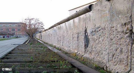 В первой половине дня в Берлине в Часовне примирения на бывшей пограничной полосе на Бернауэрштрассе […]